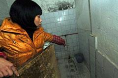 女学生厕所产子欲冲走