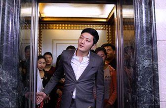 帅哥在电梯里永久等待