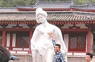 杨贵妃雕像被游客袭胸