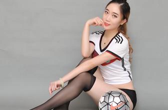 足球宝贝秀长腿挺德国